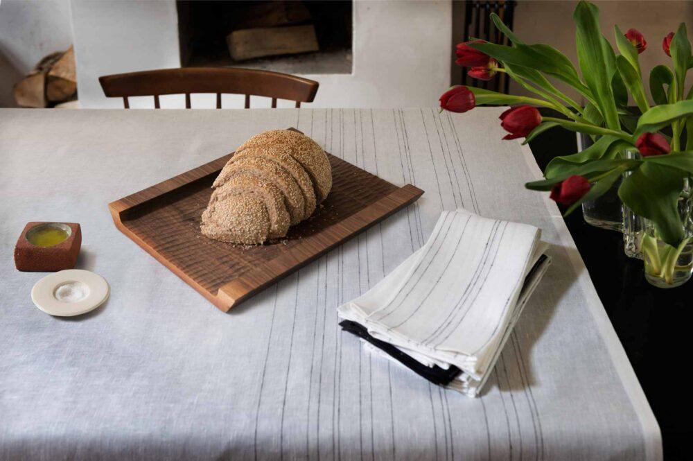 pain sur une planche à découper
