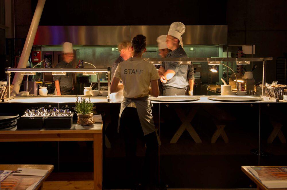 personnel de cuisine au travail