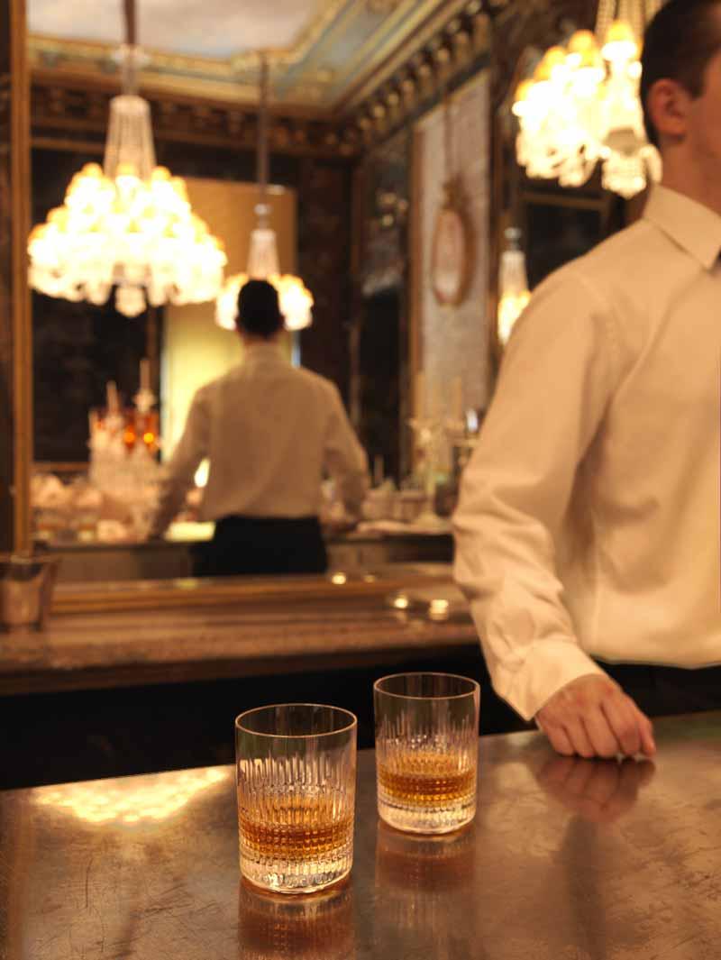 Barman derrière le bar sur le comptoir deux verres