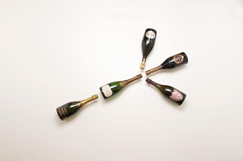 cinq bouteilles de champagne disposées