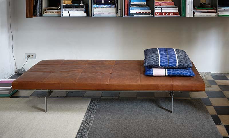 chaise longue en cuir avec coussins