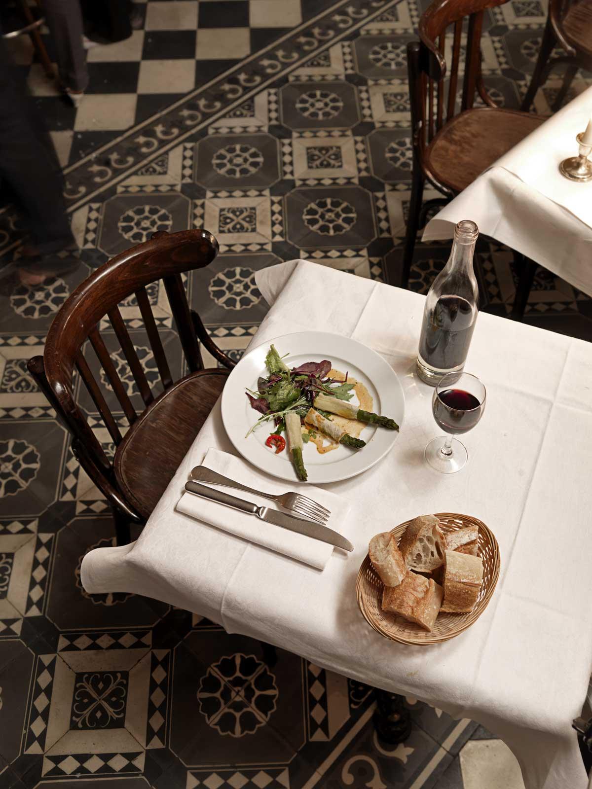 une table dressée au restaurant