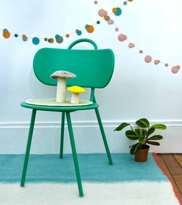 chaise en métal vert avec décoration
