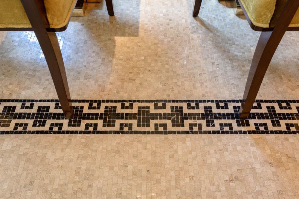 mosaïque de sol et pieds de chaise