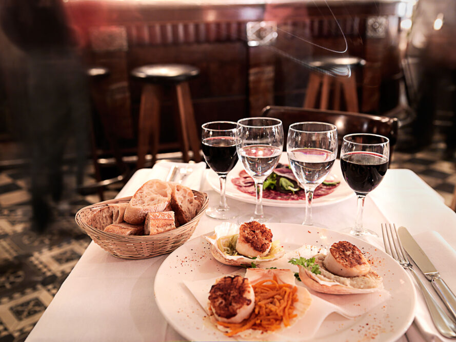 Set de table avec pour le dîner dans un restaurant